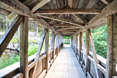 Free Picture: Photo of the Sentinel Pine Bridge, an old covered wooden bridge, a footbridge in the White Mountain Forest.