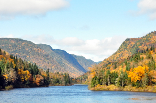 Free Picture: Photo of a river cutting through mountains with the fall colors at Parc National de la Jacques Cartier.